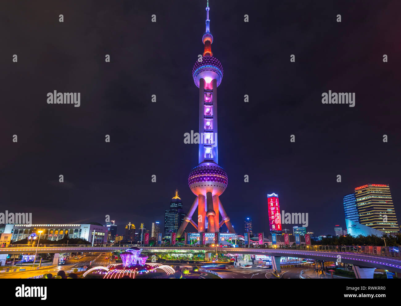 La Oriental Pearl Tower de noche, Shanghai, China Foto de stock