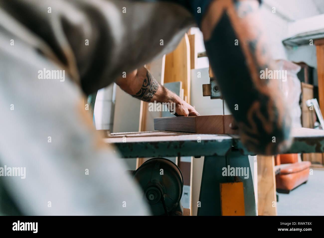 Ax trabaja en madera para ax mango en taller Foto de stock