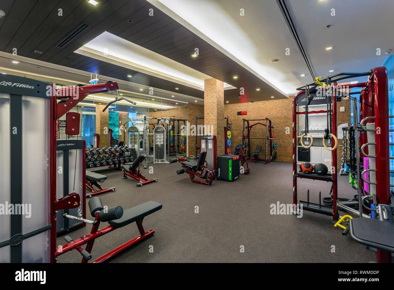 Gimnasio y club de salud en el lujoso resort hotel Renaissance Resort & Spa Phuket en Tailandia. Imagen De Stock