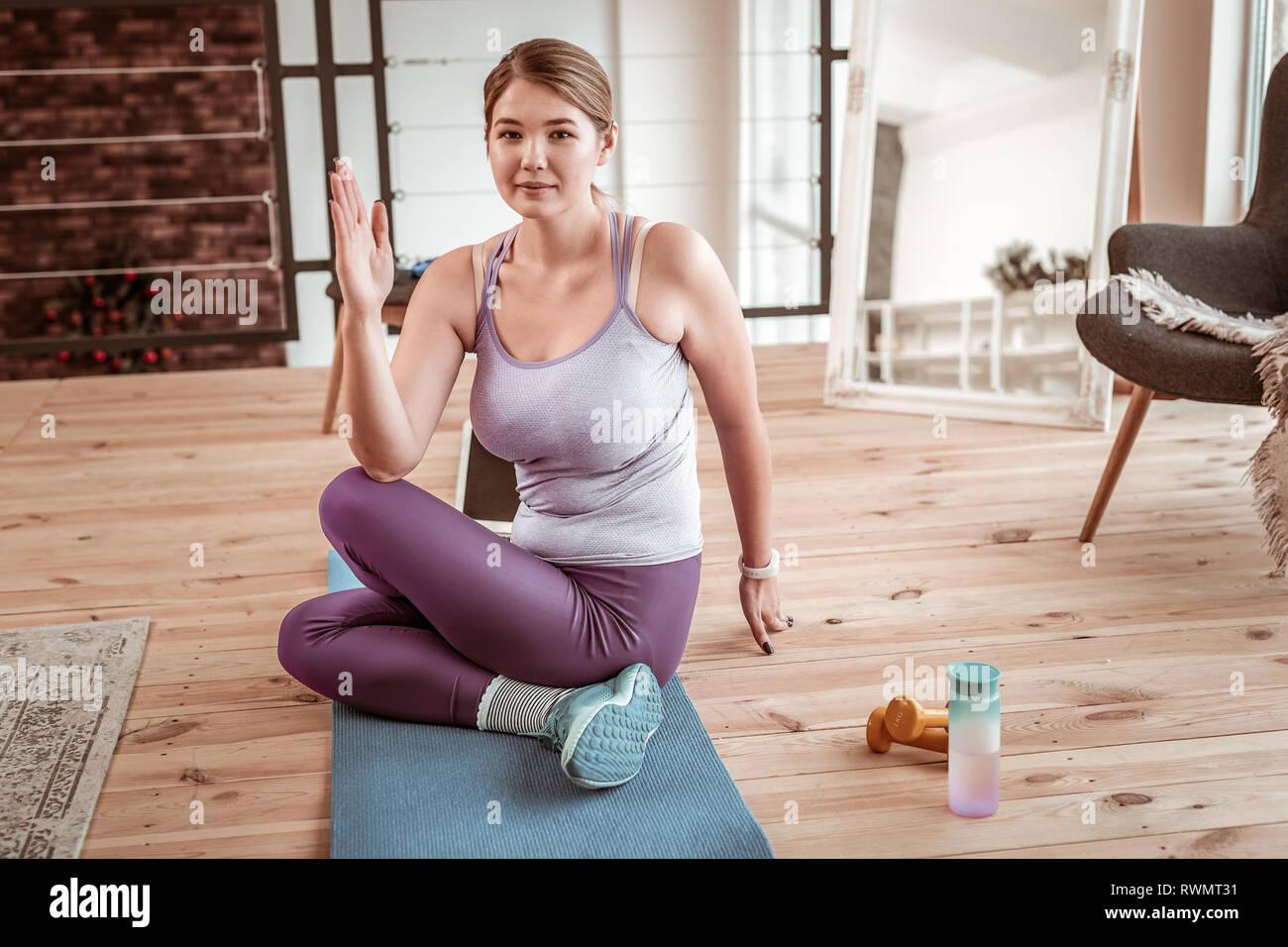 Participan señorita emplazamiento en weird plantean durante cada día de entrenamiento del yoga Imagen De Stock