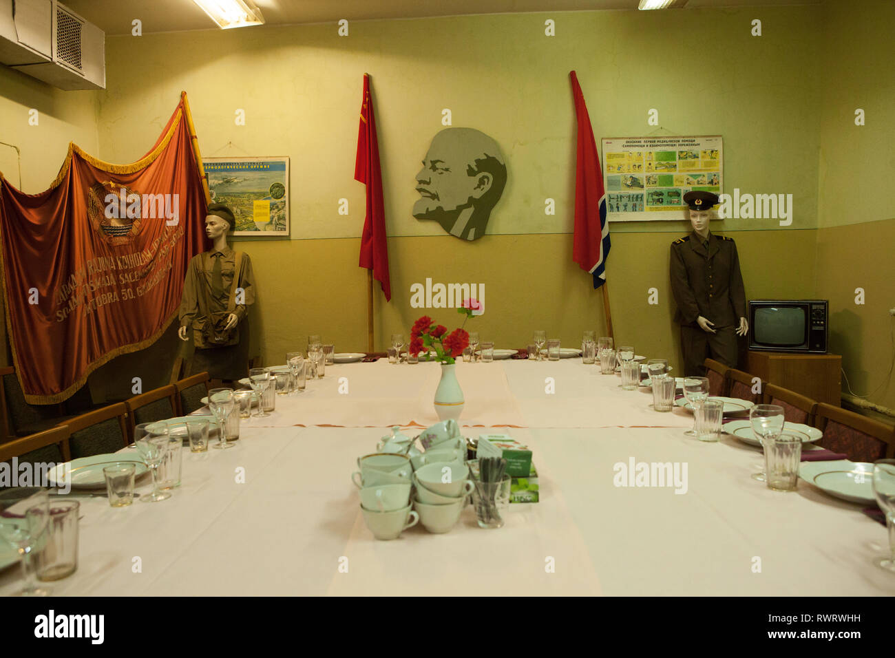 Maniquíes uniformados militares y banderas de unión soviética en la guerra fría, el búnker Ligatne, Letonia Imagen De Stock