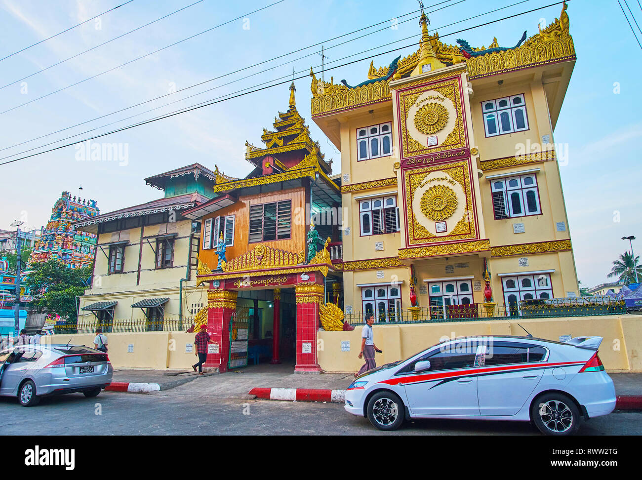 YANGON, Myanmar - Febrero 15, 2018: La ornamentada fachada del Monasterio Yarma Damikar esculpidos con decoraciones doradas y multitired pyatthat techo, en febrero Foto de stock