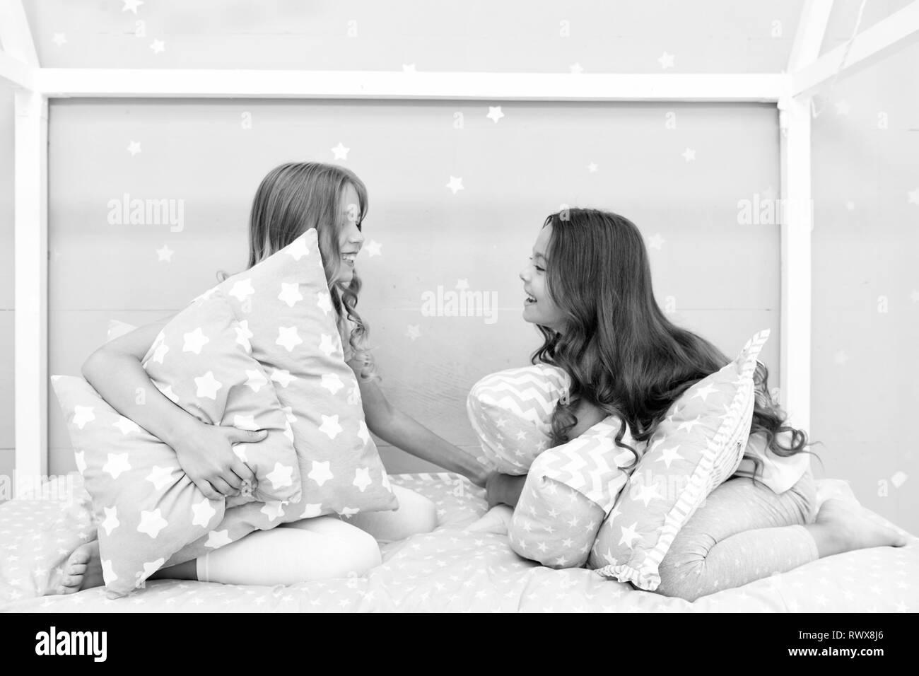 003f5fef6d Lucha de almohadas Pajama Party. Tiempo Sleepover para lucha de almohadas.  Las niñas sleepover