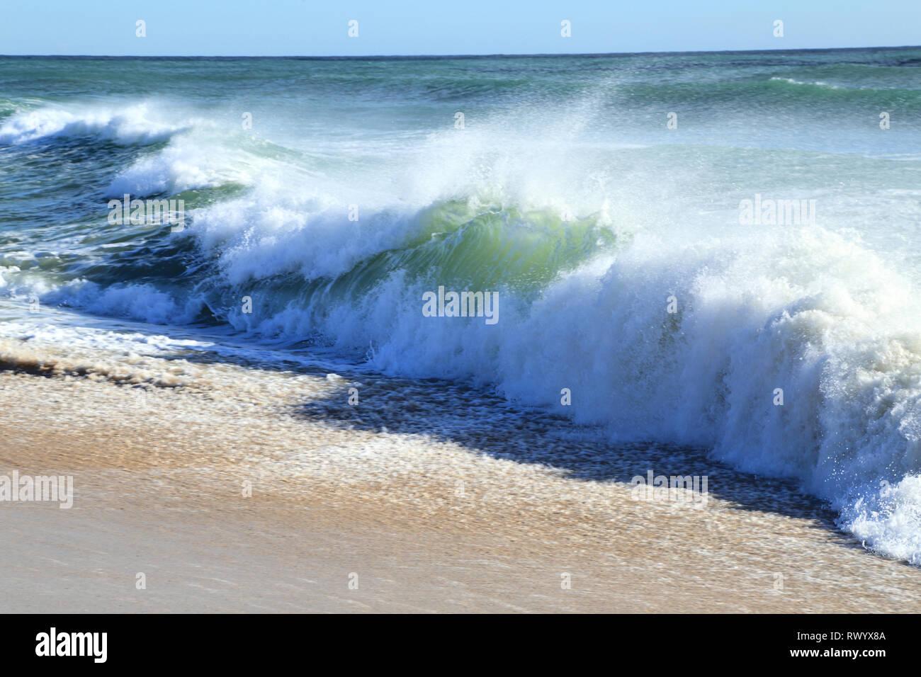Ola rompiendo en el Mar Mediterráneo. Imagen De Stock