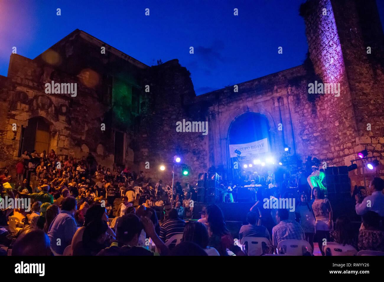 El concierto al aire libre del Grupo Bonyé en La Zona Colonial, en frente de las ruinas de San Francisco, originalmente un monasterio franciscano construido en el beginn Imagen De Stock
