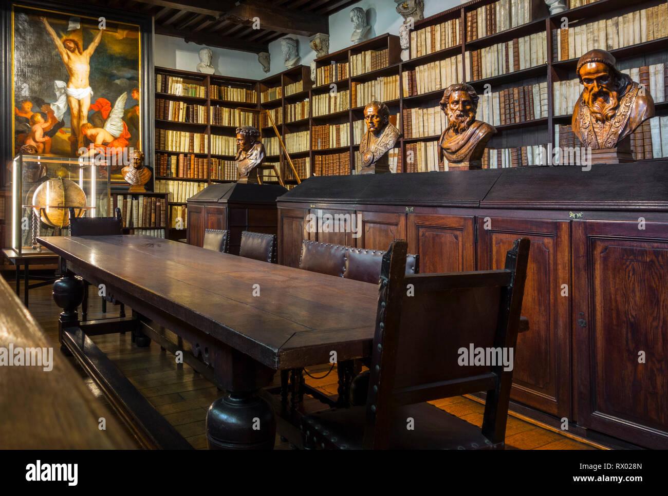 Estanterías con libros antiguos en el siglo XVII, de una gran biblioteca en el Museo Plantin-Moretus / Plantin-Moretusmuseum, Amberes, Flandes, Bélgica Foto de stock