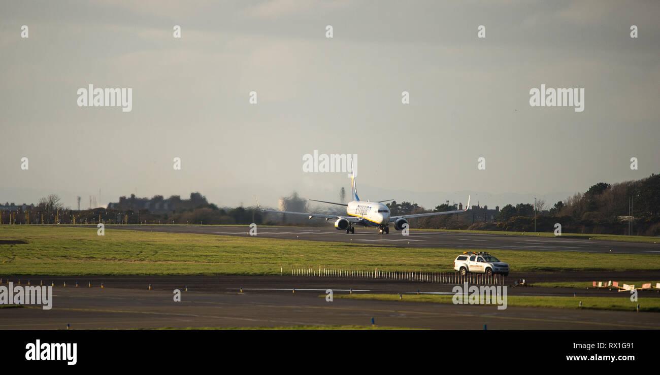 Prestwick, Reino Unido. El 7 de marzo de 2019. Vuelo de Ryanair Boeing 737-8como (Reg: EI-FIL) saliendo del Aeropuerto Internacional de Prestwick. Este avión es una próxima generación Foto de stock