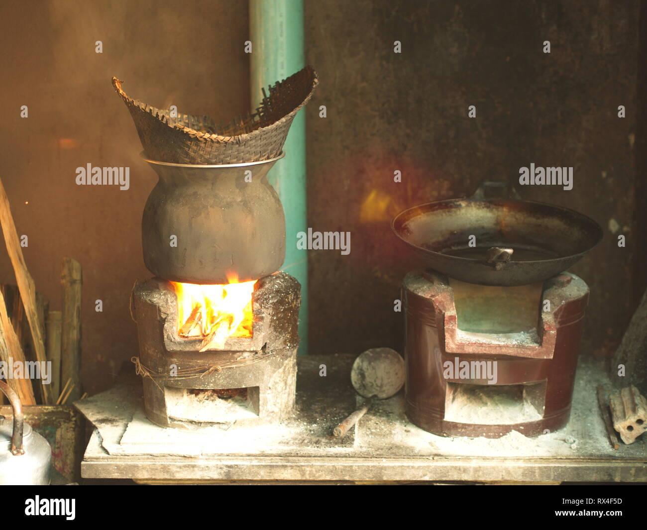 Cocina tradicional , arroz pegajoso humeante olla - La cocina local en la casa de pueblo. Al noreste de Tailandia. Foto de stock