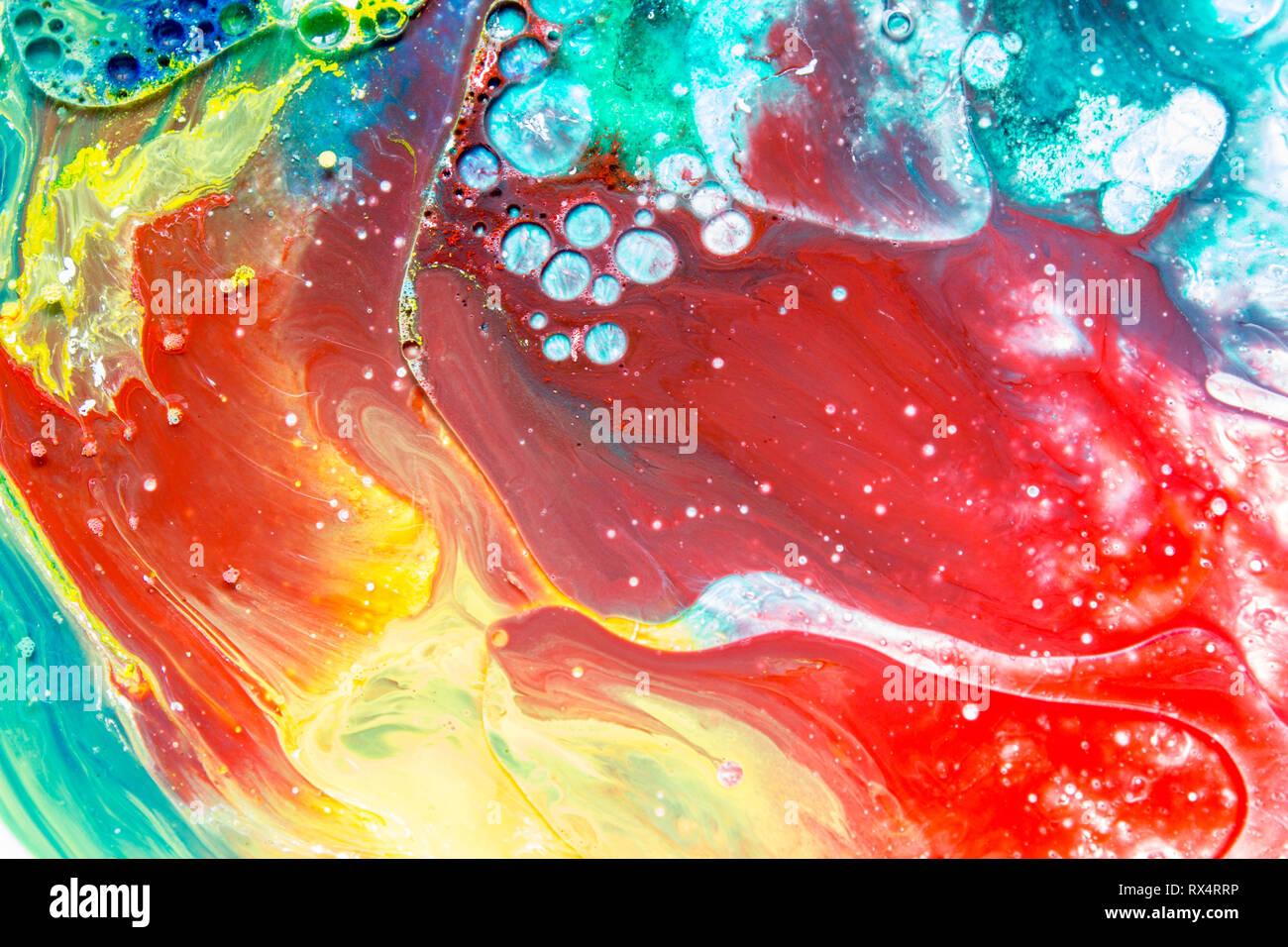 Burbuja de coloridas pinturas acrílicas, coloridos gotas de pintura abstracta, fondo de colores Foto de stock