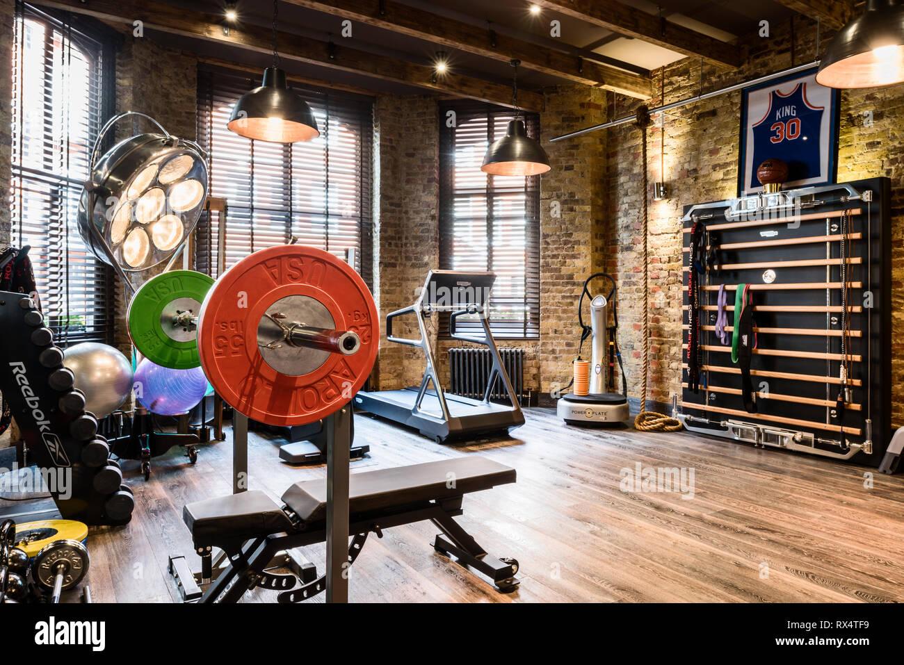 Equipo de ejercicio en el gimnasio rústico Imagen De Stock