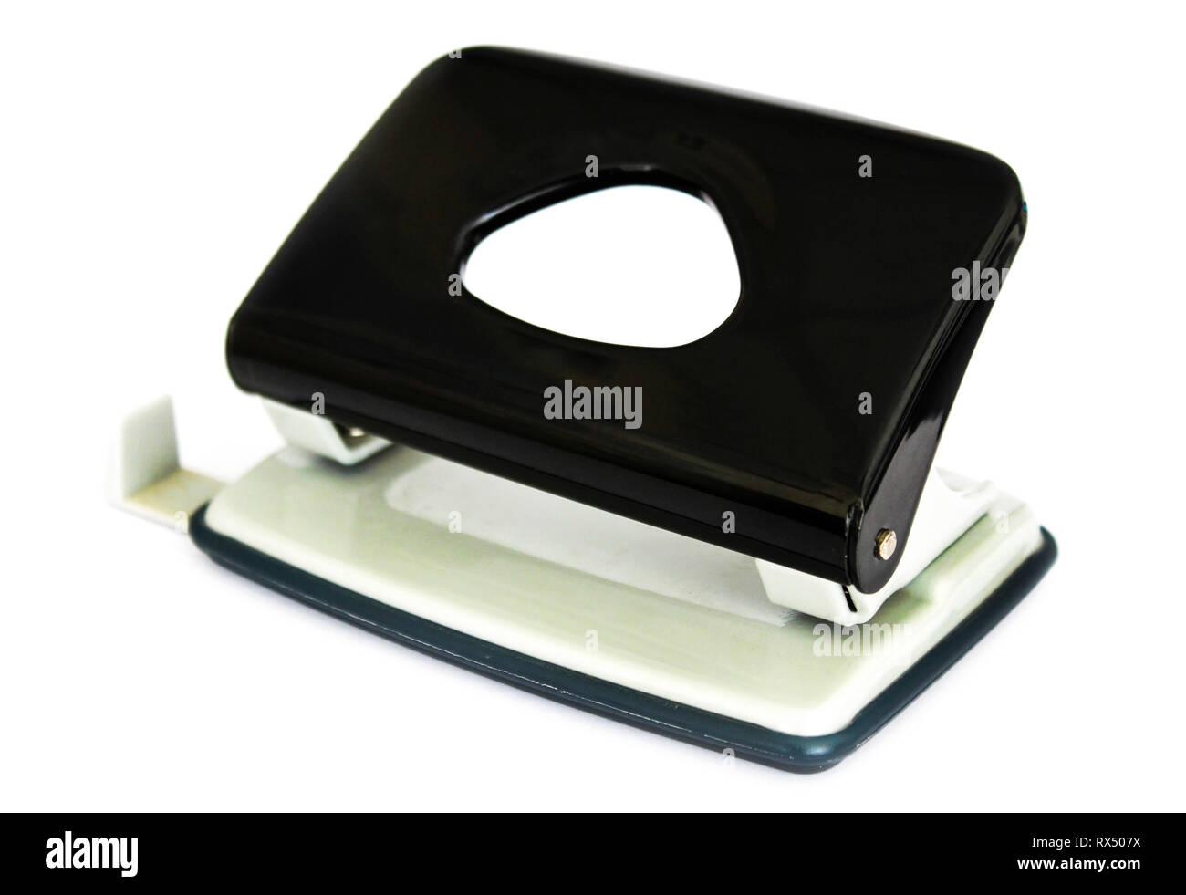 Papelería punch para grapar documentos aislados sobre fondo blanco. Imagen De Stock