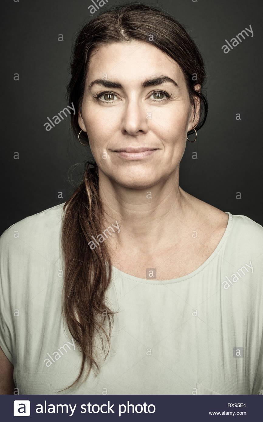 Retrato seguros hermosa morenita mujer con pelo largo Imagen De Stock