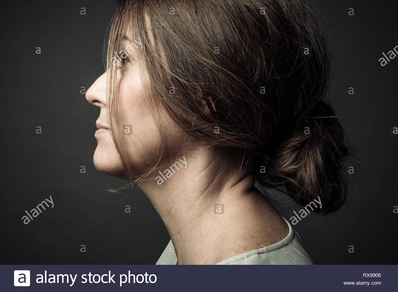 Retrato de perfil pensativo hermosa mujer mirando lejos Imagen De Stock