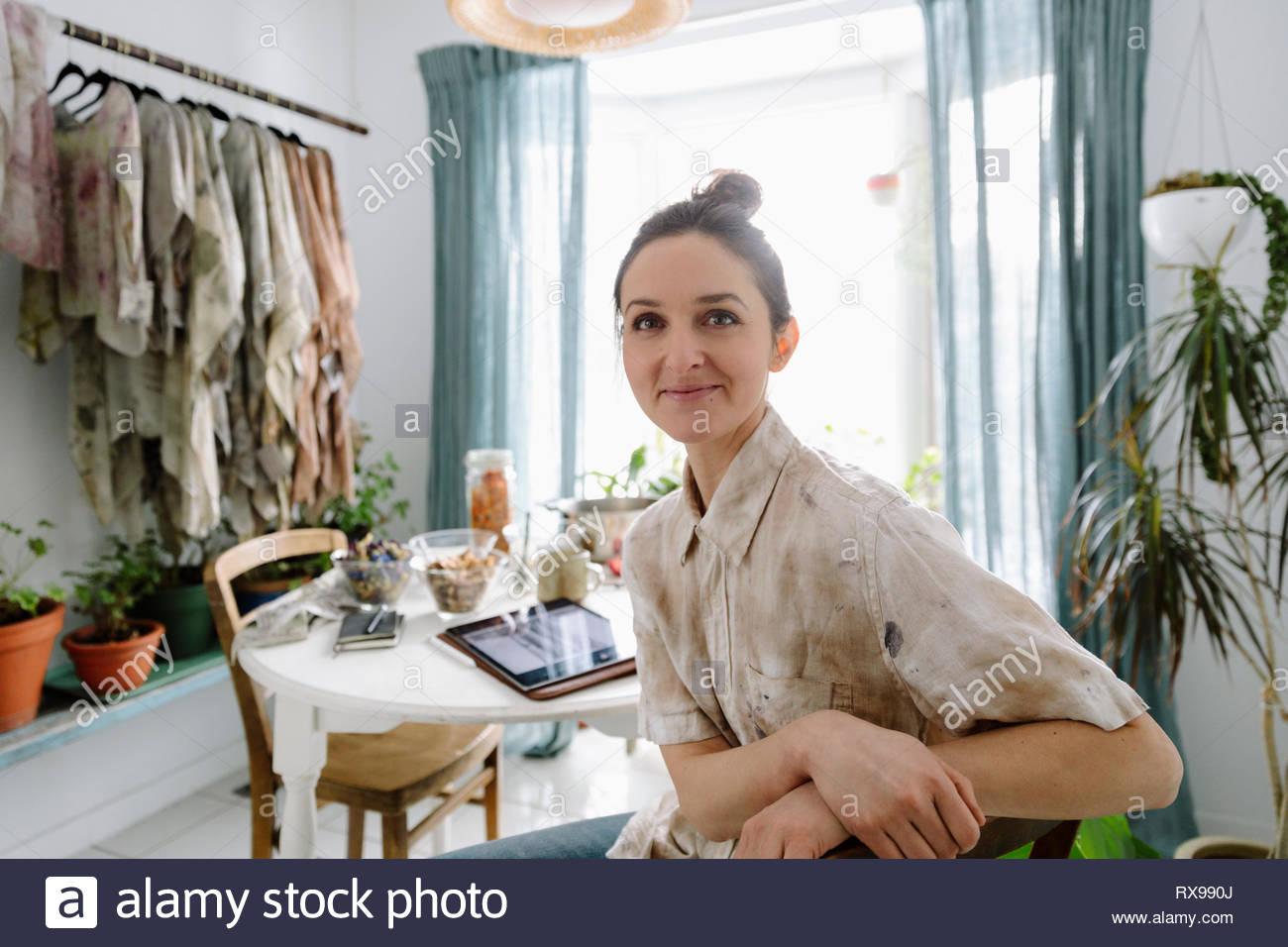 Retrato seguros artista femenina en la mesa Imagen De Stock