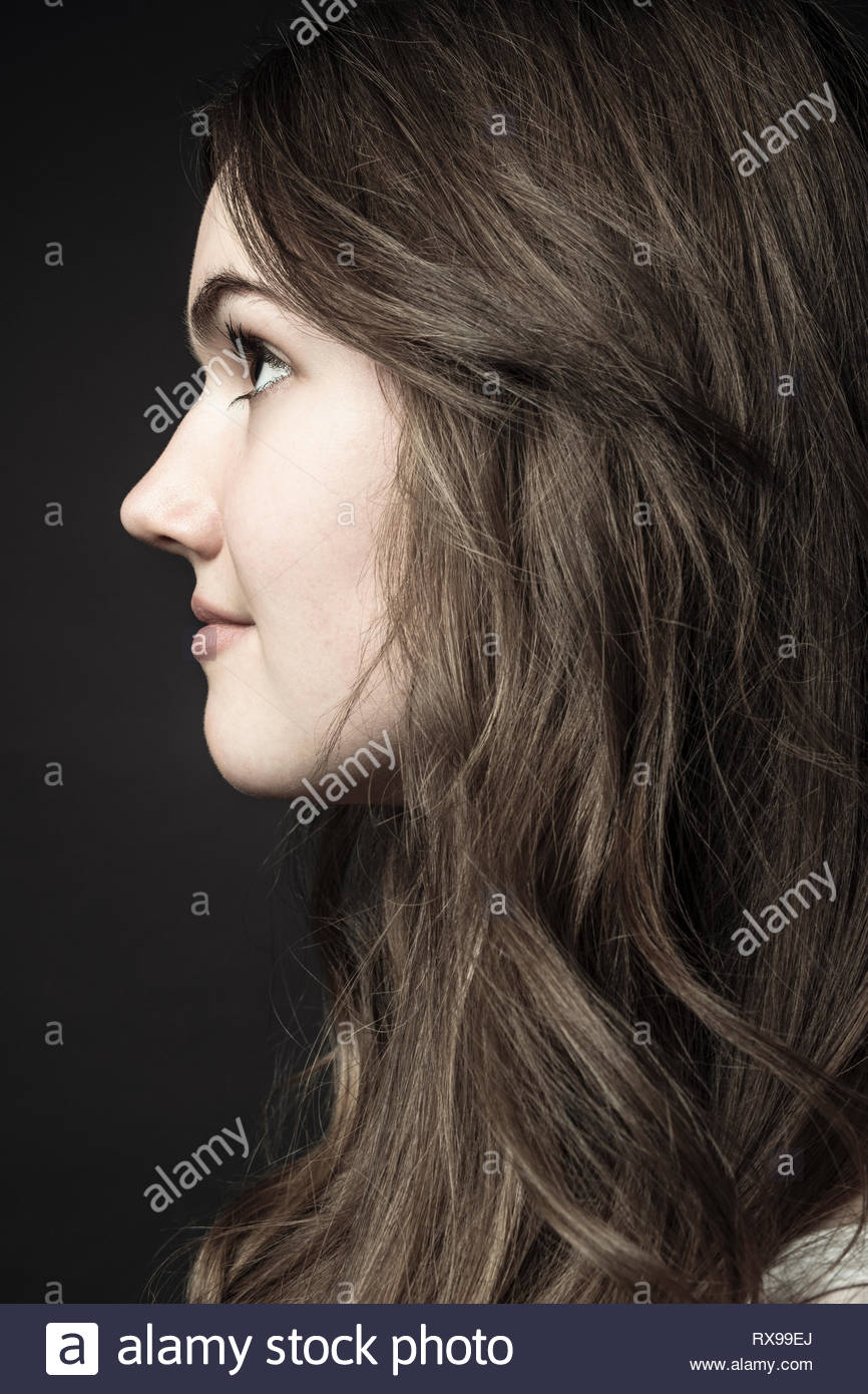 Retrato de perfil pensativo hermosa morenita adolescente Imagen De Stock