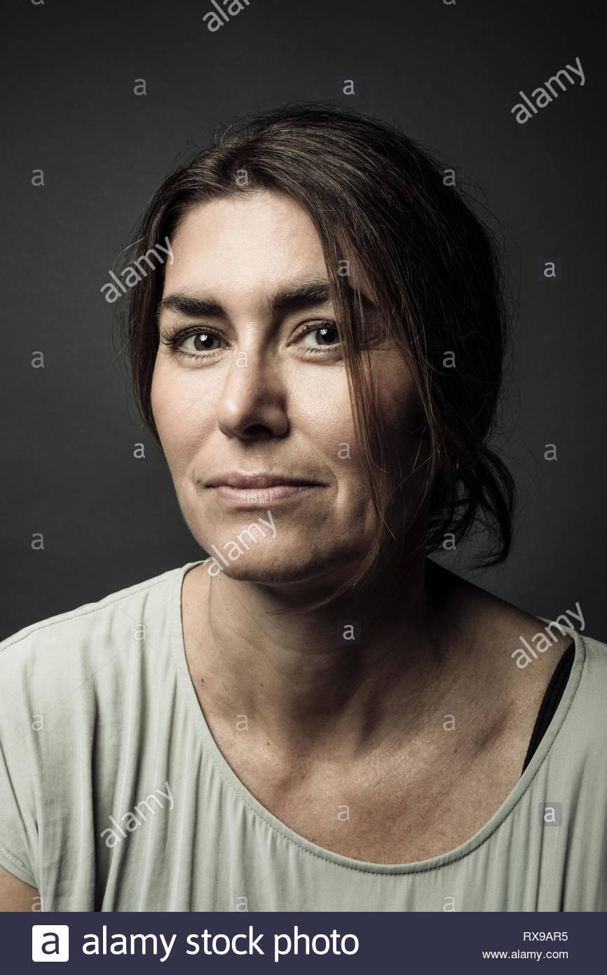 Retrato seguros hermosa morenita mujer Imagen De Stock