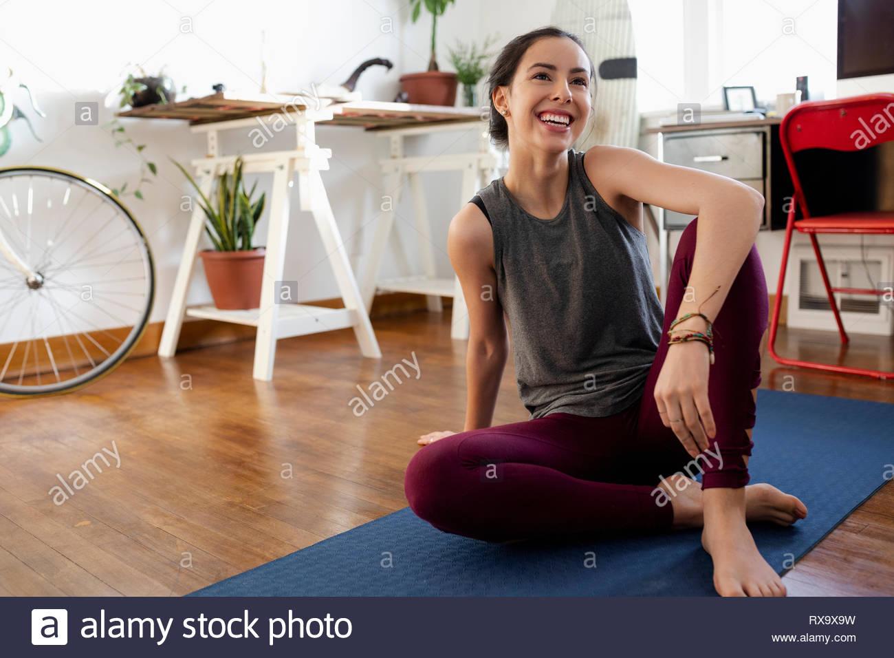 Feliz joven mujer Latinx practicando yoga en casa Imagen De Stock