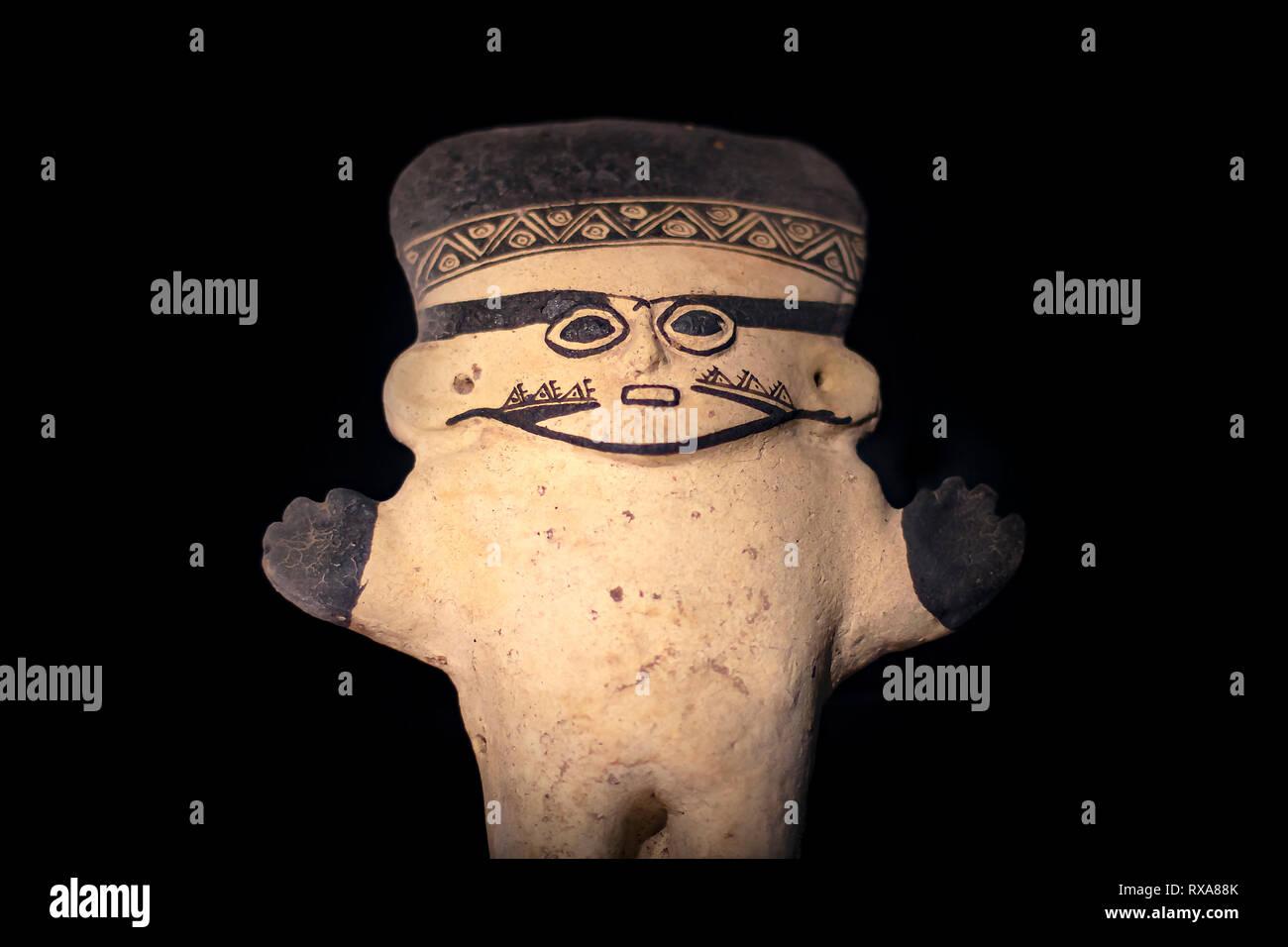 Cerámicas precolombinas llamado 'Huacos' de Chancay, una cultura peruana. Colección privada de cerámica pre-inca. Foto de stock