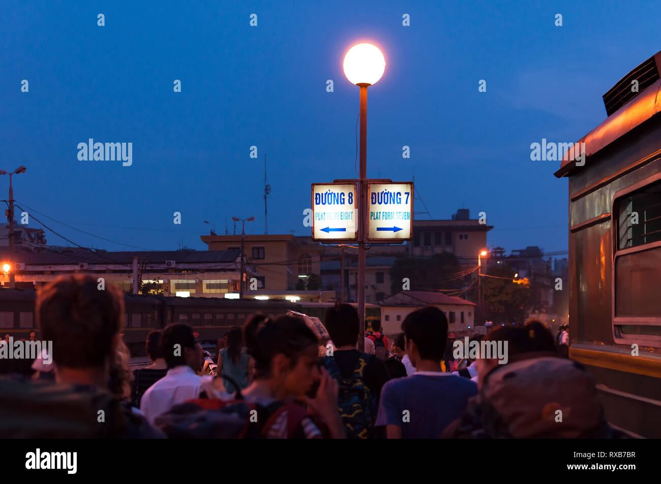 e26149bff9 Los pasajeros caminar sobre la plataforma del tren en la estación de tren de  Hanoi (