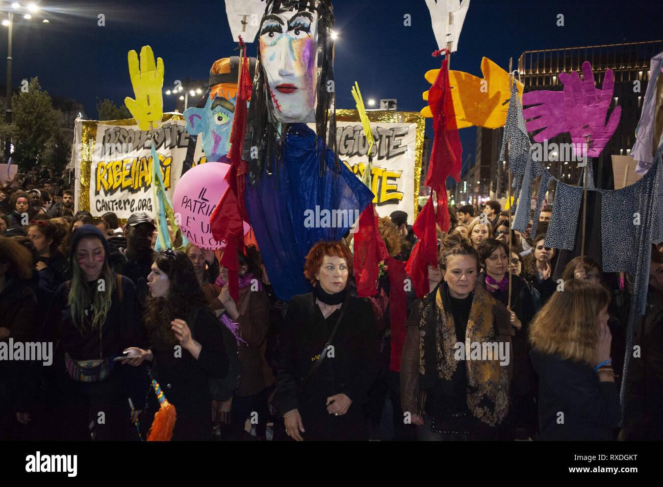 Pueblo Italiano - Página 9 Marzo-8-2019-milan-lombardia-italia-un-grupo-de-dama-esta-esperando-la-protesta-para-iniciar-en-la-piazza-duca-daosta-el-dia-internacional-de-la-mujer-esta-organizado-en-milan-por-la-red-no-anu-di-meno-que-planea-realizar-una-manifestacion-y-una-protesta-contra-la-discriminacion-femenina-asesinato-y-violencia-este-ano-la-red-internacional-de-mujeres-asociacion-lanzo-el-llamado-balanceforbetter-a-fin-de-promover-la-igualdad-de-genero-y-el-equilibrio-en-italia-las-mujeres-accion-supone-una-especial-relevancia-ya-que-el-gobierno-esta-introduciendo-el-conservador-pillon-bill-que-posiblemente-podria-traer-efectos-rxdgkt