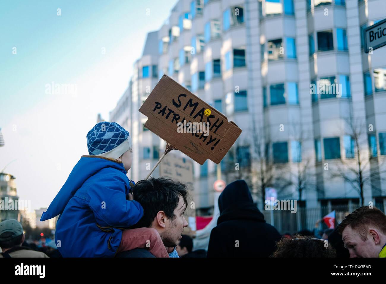 Un chico visto sosteniendo un cartel diciendo smash patriarcado durante la protesta. Miles de personas celebran el Día Internacional de la mujer con las protestas que demandan los derechos de la mujer en Berlín. Foto de stock