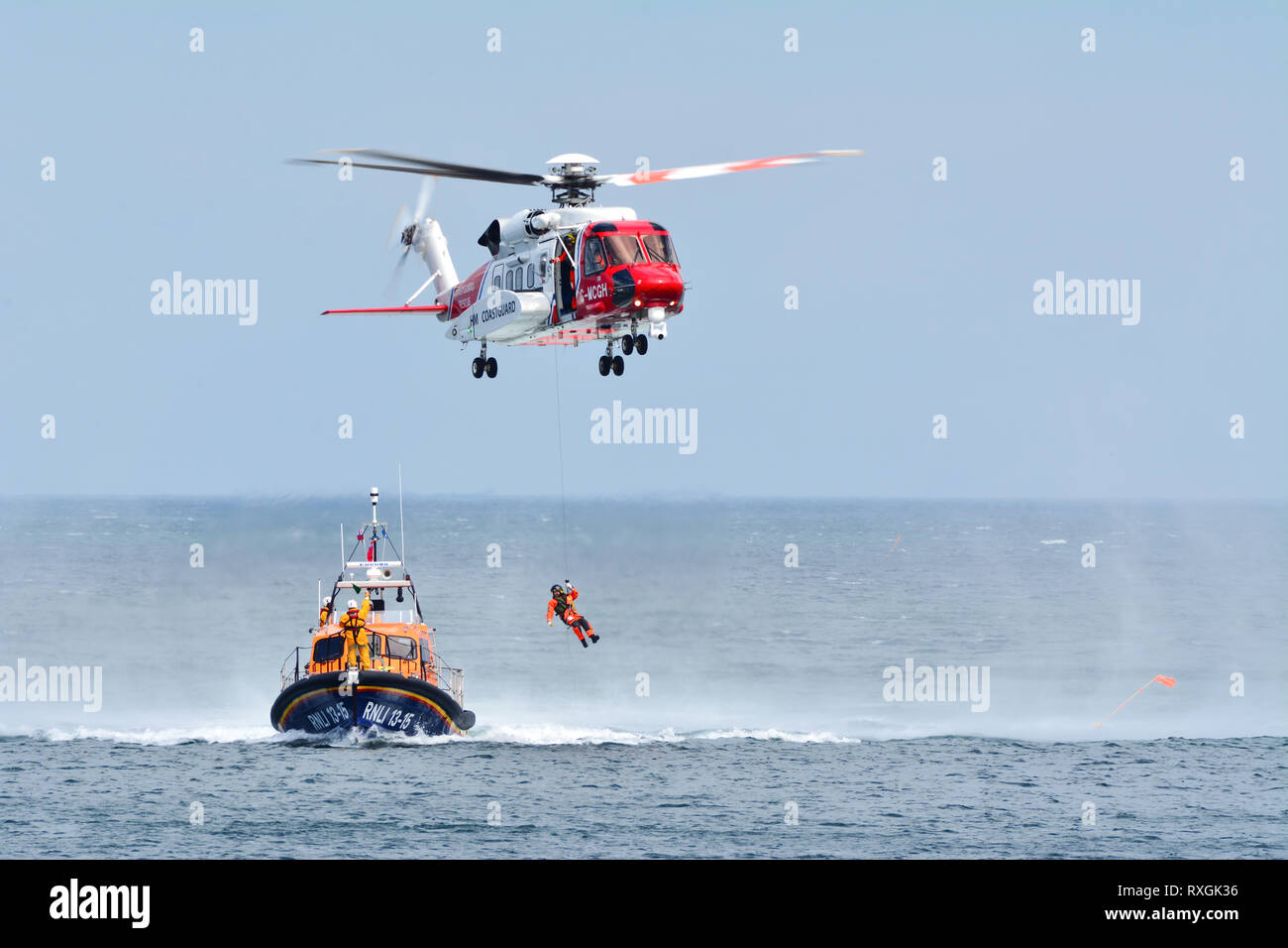 Helicóptero de la Guardia Costera. La operación de rescate en el mar Foto de stock