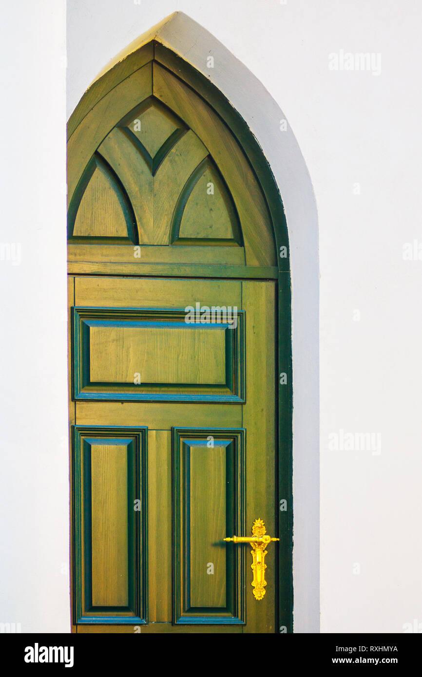 Verdes Y Hermosas Puertas De Madera De Estilo Gotico Con Accesorios