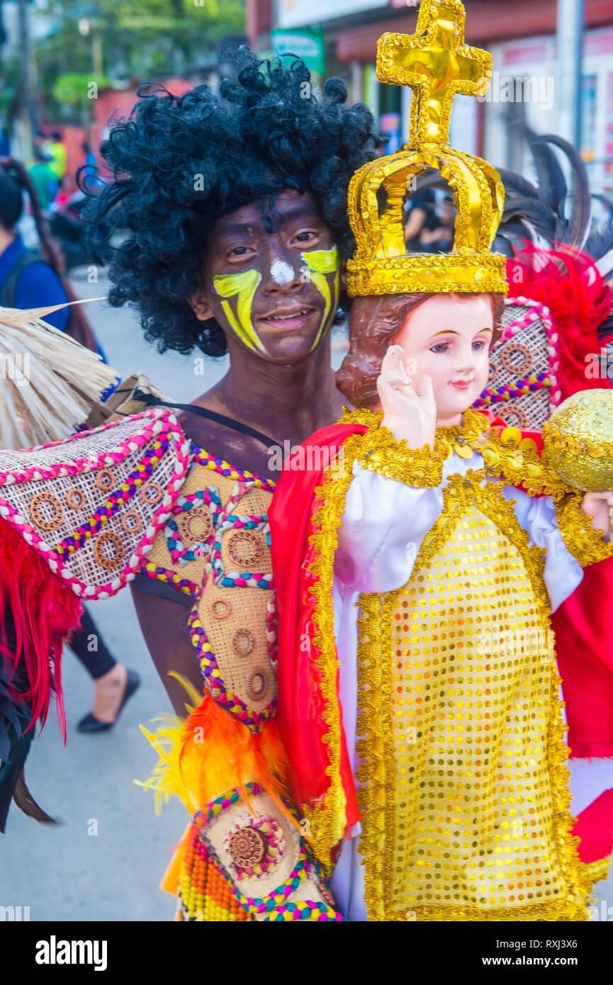 ILOILO, FILIPINAS - Jan 27 : participante en el Dinagyang Festival en Iloilo, Filipinas el 27 de enero de 2019. El Dinagyang es religioso y cultura Imagen De Stock