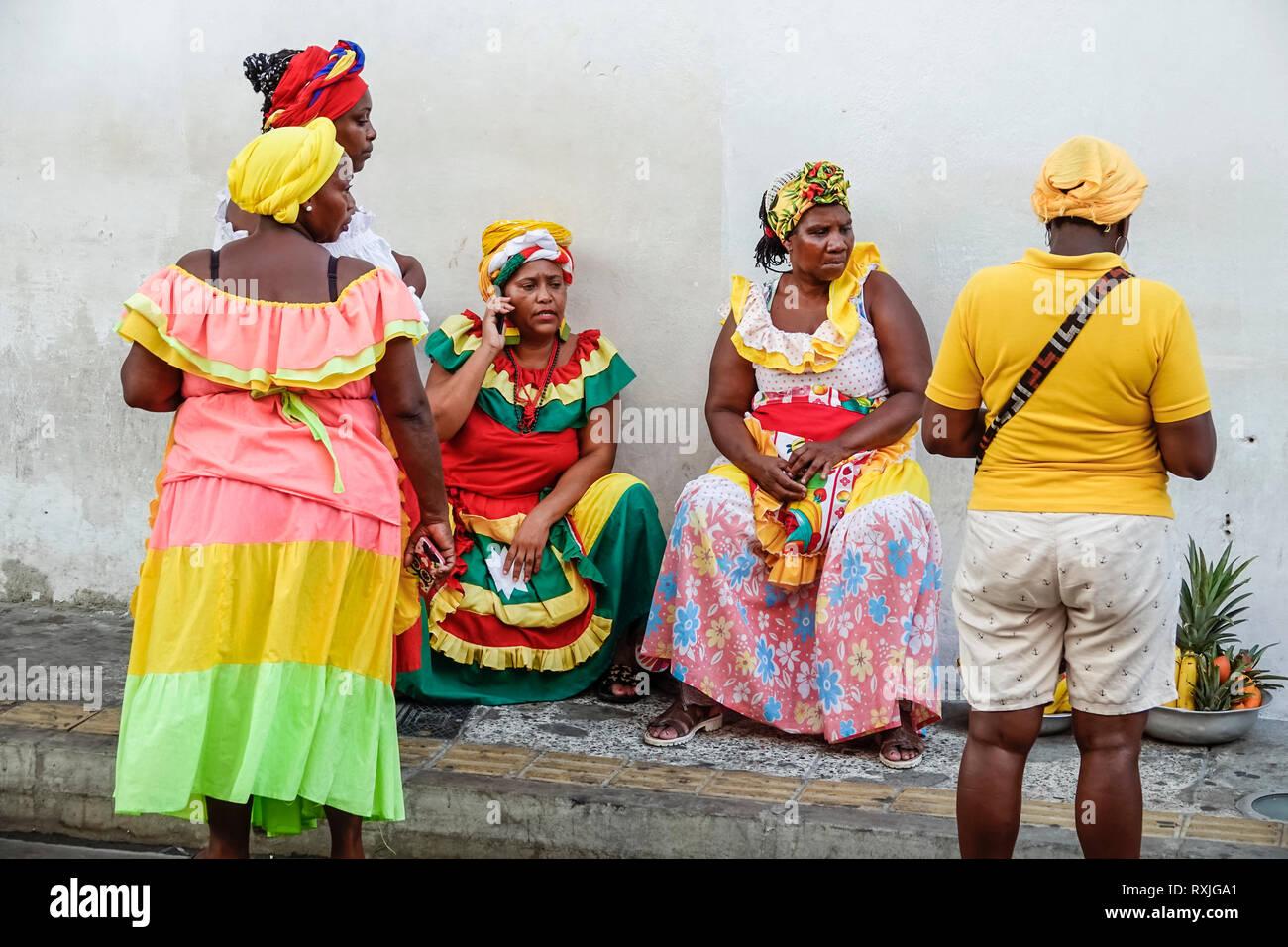 Cartagena Colombia el centro de la ciudad amurallada vieja Centro Afro-caribeño negras Palenqueras mujer traje tradicional proveedor de fruta patrimonio cultural symb Imagen De Stock