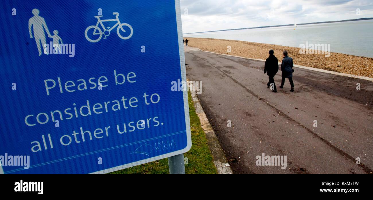 Ciclismo,caminando,,signo de advertencia,paseo,Cowes, Isla de Wight, Inglaterra, Reino Unido Foto de stock