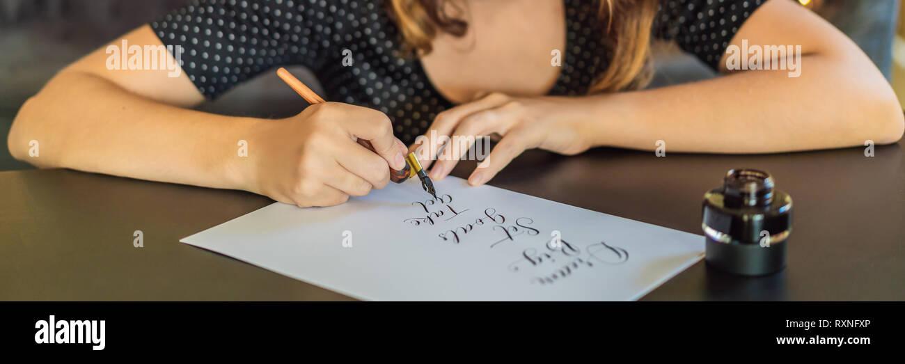 Calligrapher Joven Escribe La Frase Sobre Papel Blanco