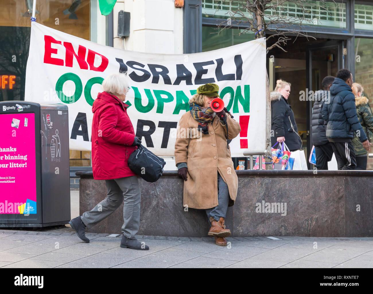 Los manifestantes BHPSC en East Sussex, Brighton (Reino Unido) protestando contra la ocupación militar israelí de los territorios palestinos. Imagen De Stock