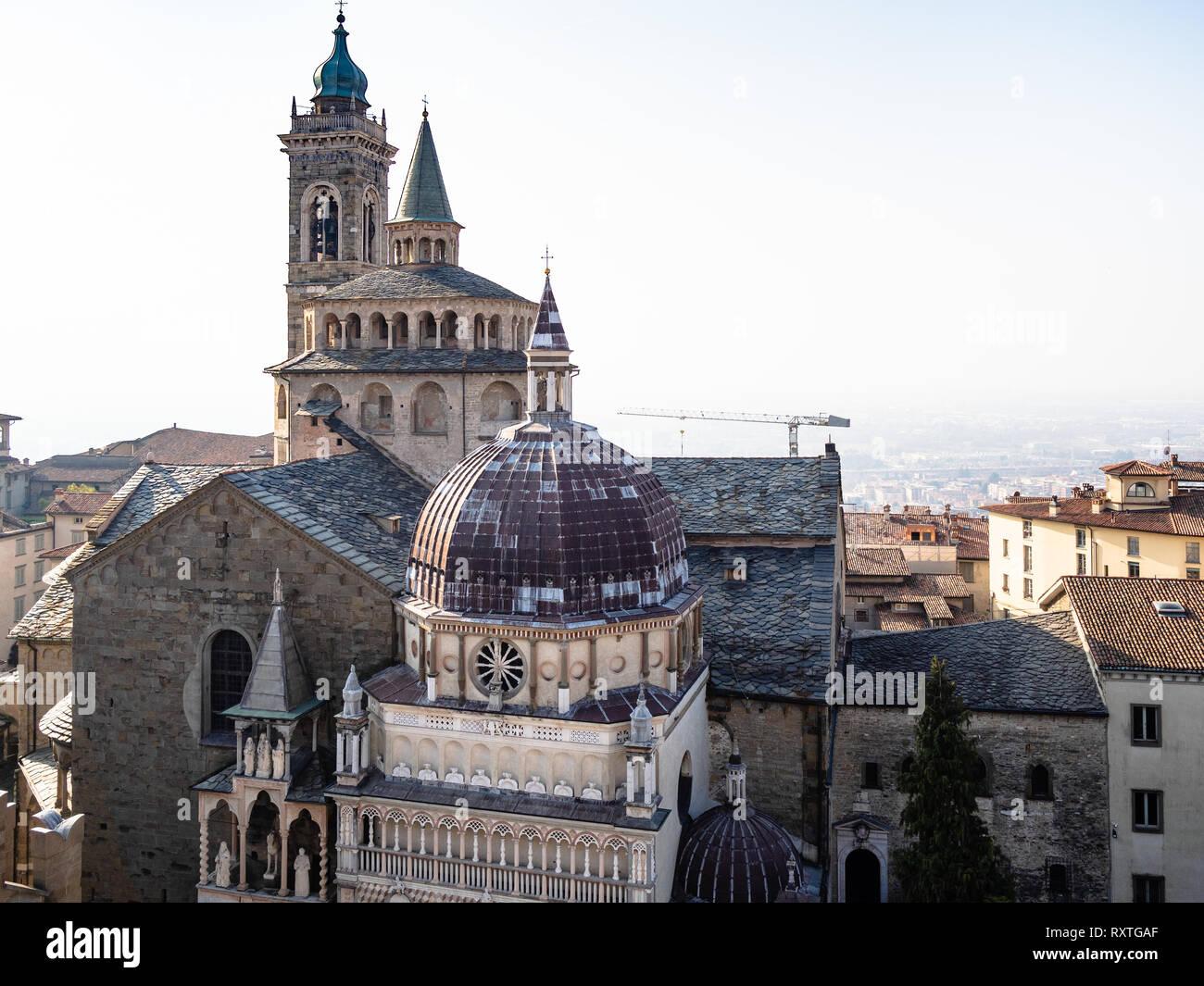 Viajar a Italia - encima de la vista de las cúpulas de la Basílica de Santa Maria Maggiore y la Cappella Colleoni en Piazza Duomo de Campanone (Torre Cívica) bell remolcar Foto de stock