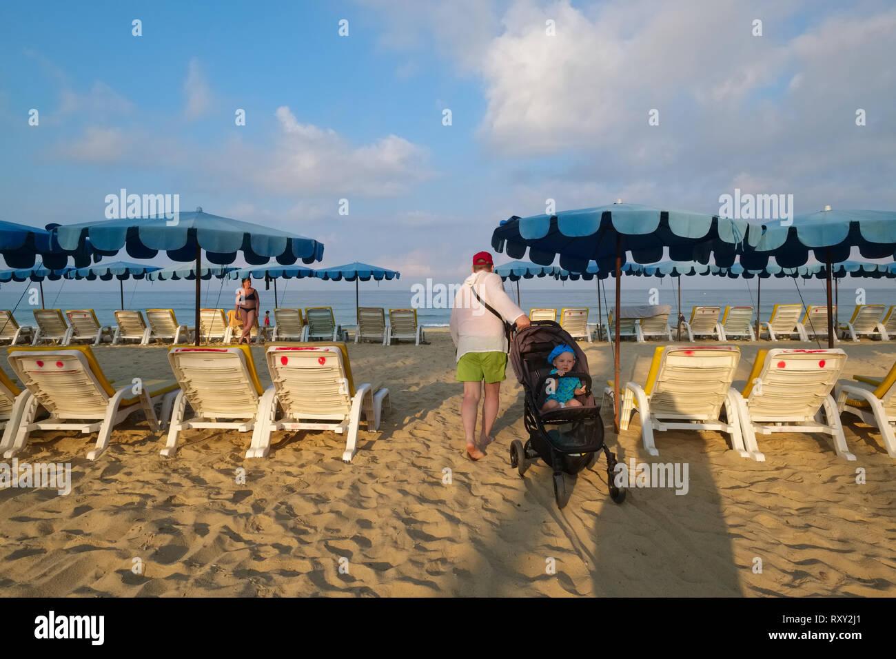 Cochecito De Bebé Parqueado En La Playa Imagen de archivo