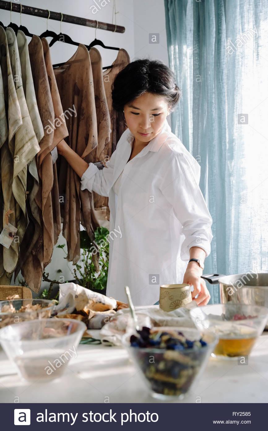 Artista Femenina teñir la ropa Imagen De Stock