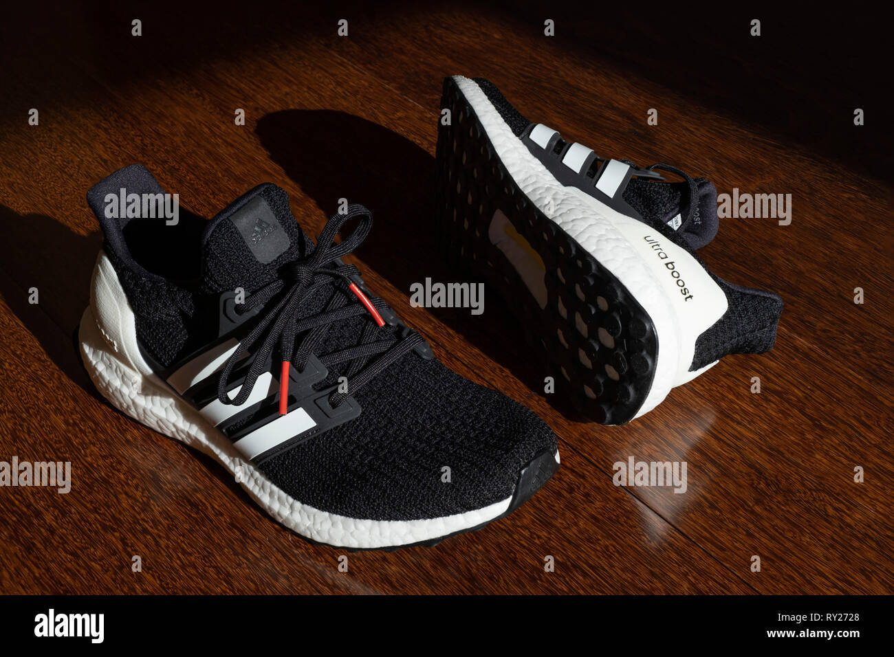 c1c9d16b Negro Ultraboost adidas zapatos para correr sobre piso de madera Imagen De  Stock