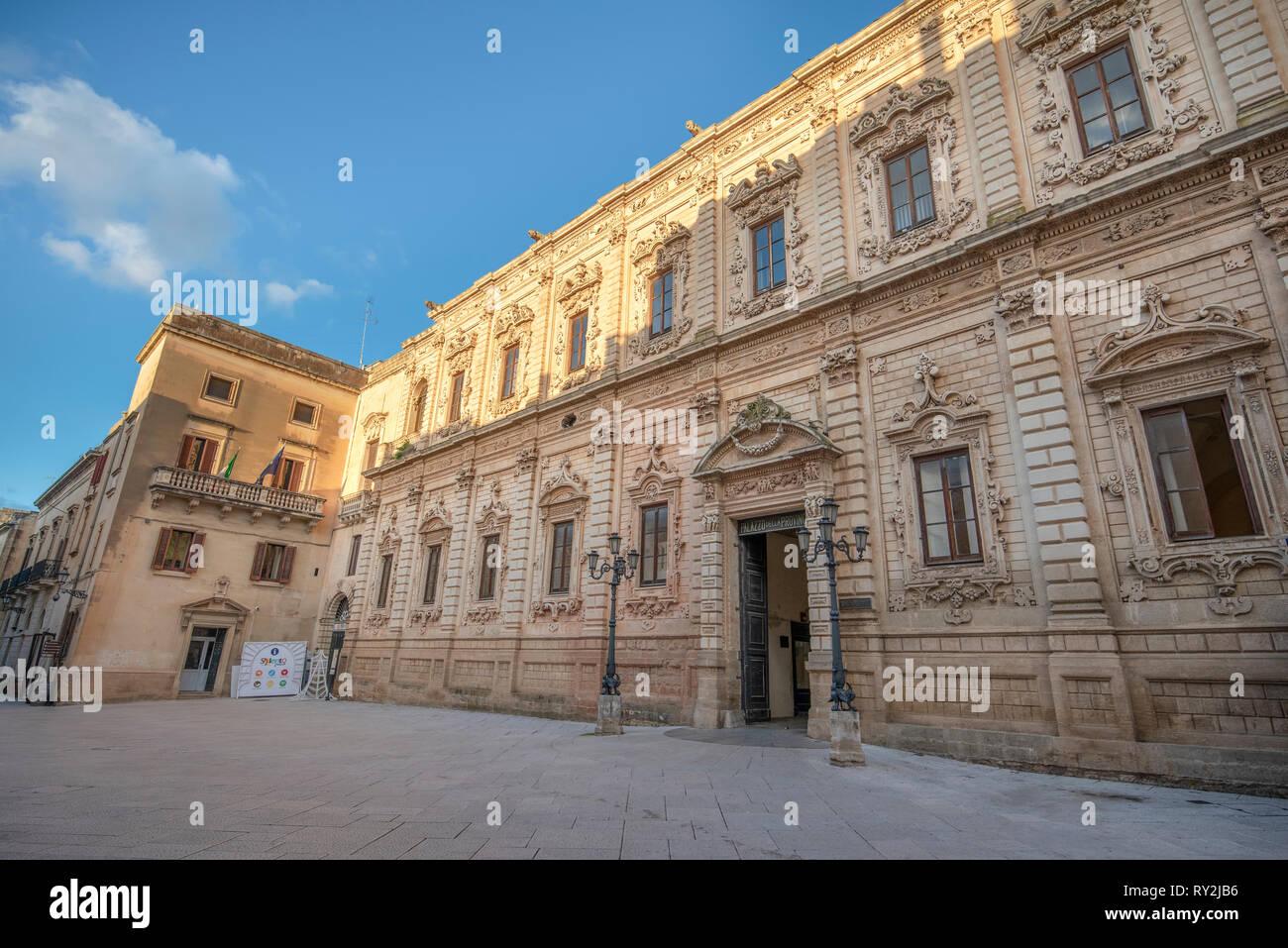 LECCE, Puglia, Italia - El Palazzo della Provincia (Palacio de Provincia) - Palazzo dei Celestines Celestini (Palacio) en el casco antiguo de la ciudad barroca. Región de Puglia. Imagen De Stock