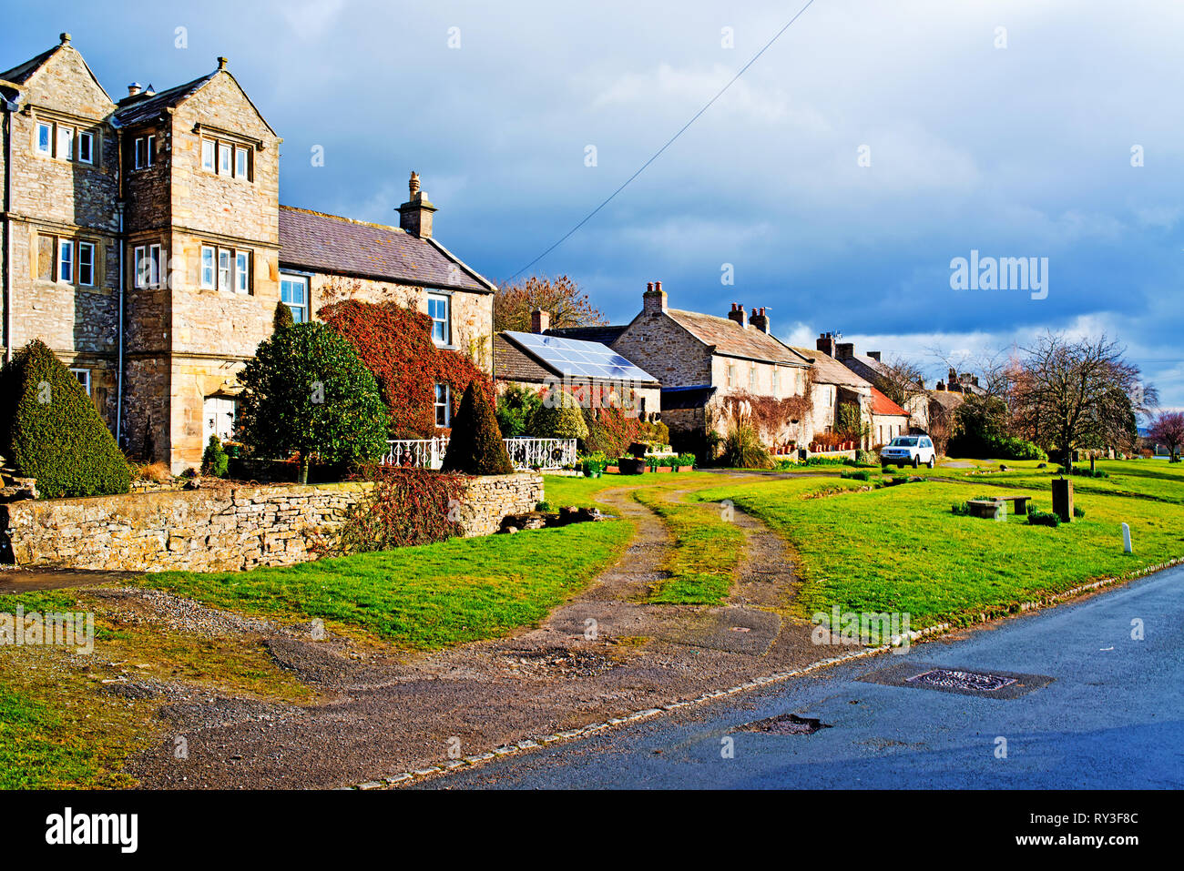 Bellerby, North Yorkshire, Periodo Casa con paneles solares, Inglaterra Imagen De Stock