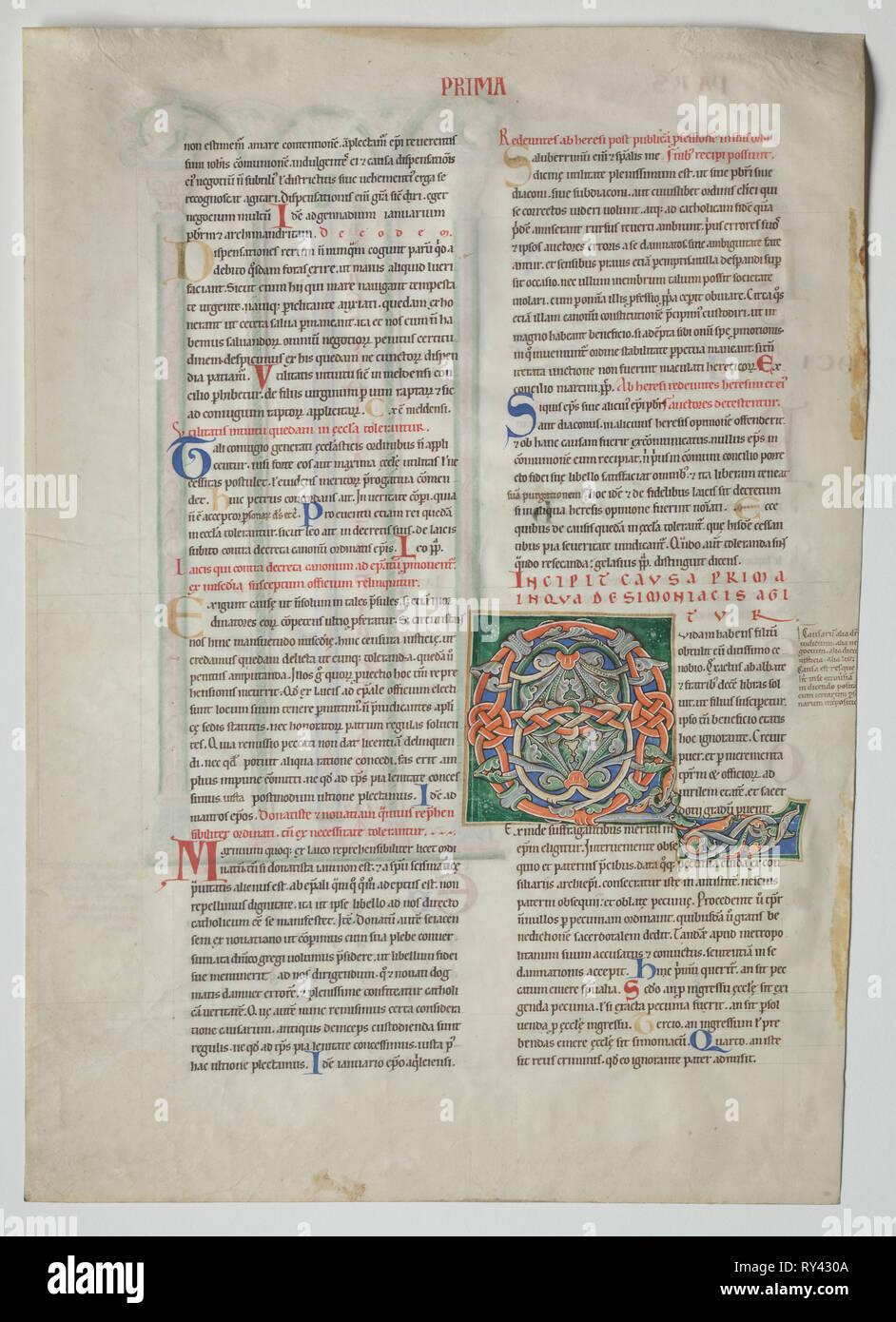 A partir de una sola hoja Decretum de Graciano: Decorado inicial[Q] obtulit uidam habens filium y cuádruples Arcade con concordancia de los alfabetos latino y griego , c. 1160-1165. Francia, Borgoña, Archidiócesis de Sens, Abadía de Pontigny, siglo xii. Tinta y témpera sobre pergamino; hoja: 44,8 x 32 cm (17 5/8 x 12 5/8 pulg.); enmarcada: 63,5 x 48,3 cm (25 x 19 pulg.); mate: 55,9 x 40,6 cm (22 x 16 Foto de stock