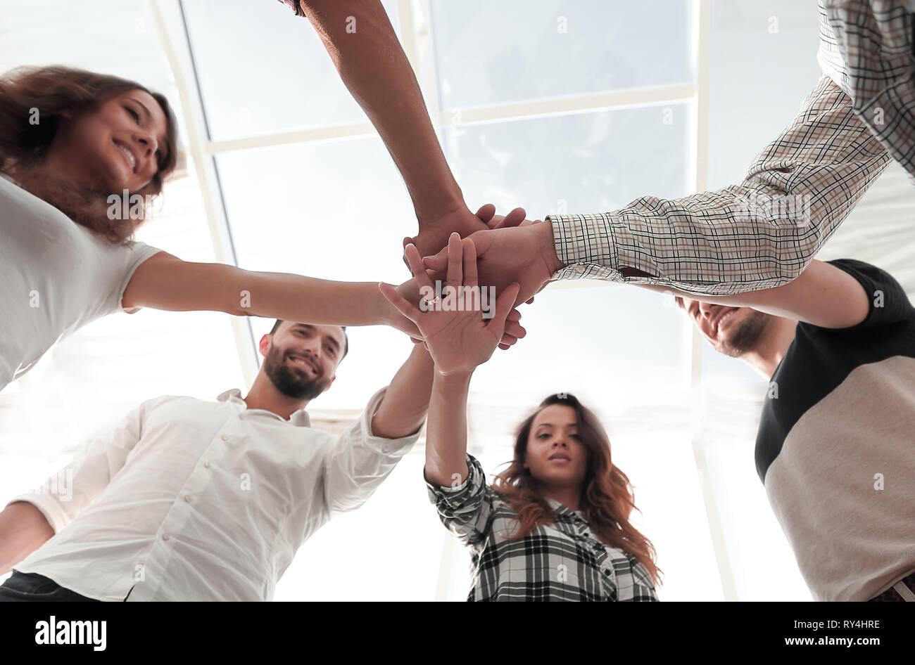 Los jóvenes, con las manos entrelazadas junto Foto de stock