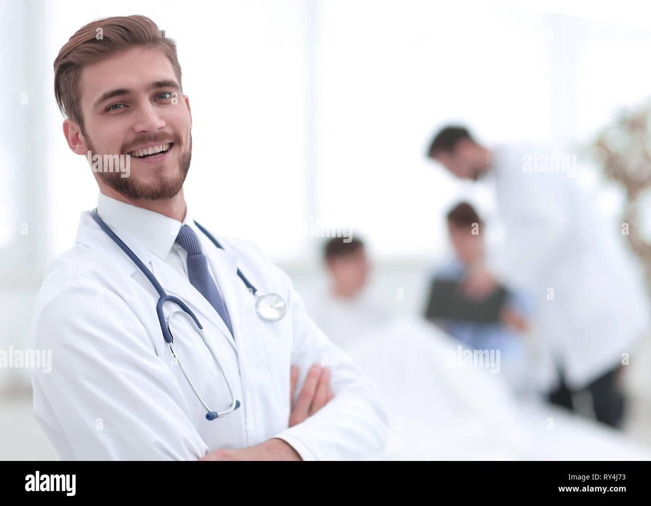 El responsable médico en el fondo de la cámara Foto de stock