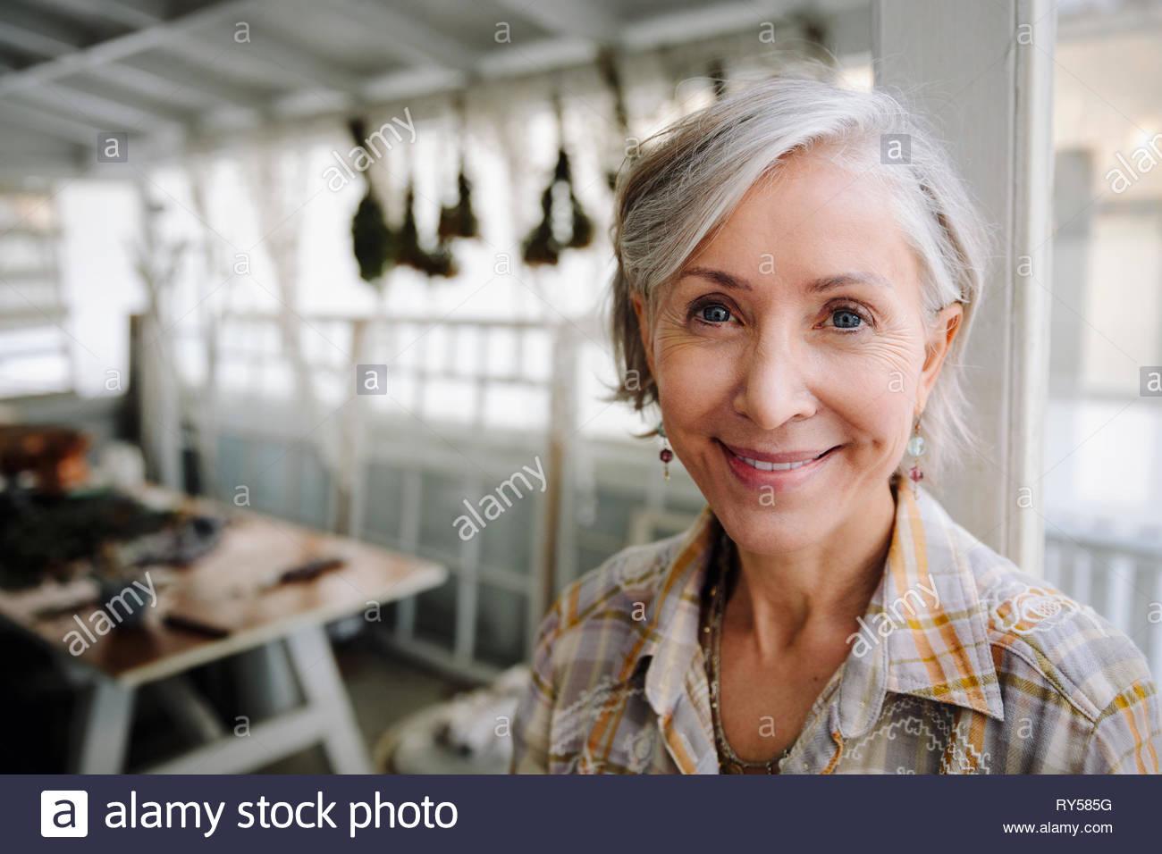 Retrato sonriente, seguro mujer senior en el taller Imagen De Stock