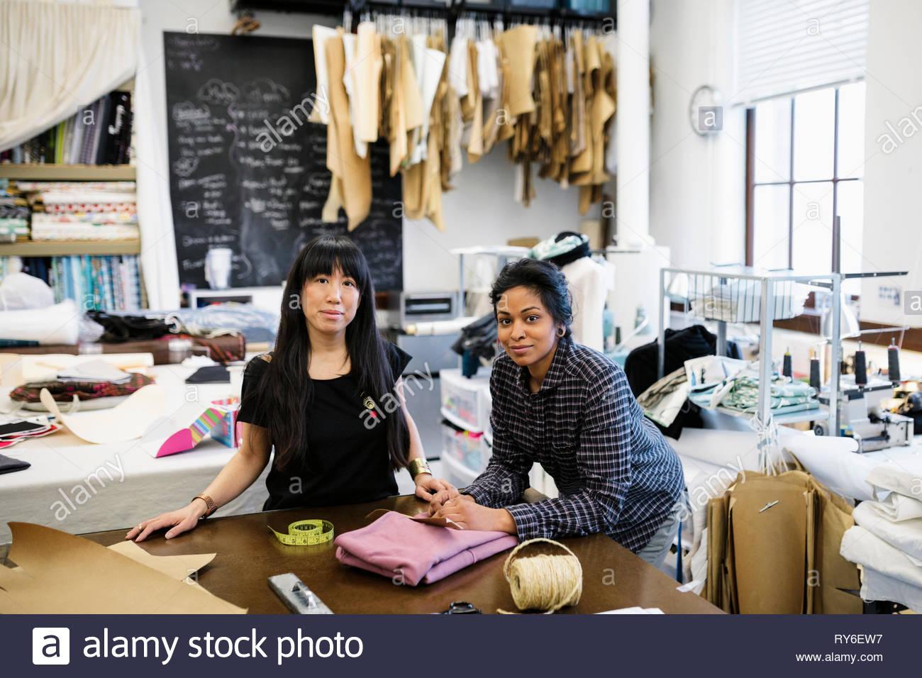 Retrato seguros de diseñadores de moda femenina en studio Imagen De Stock
