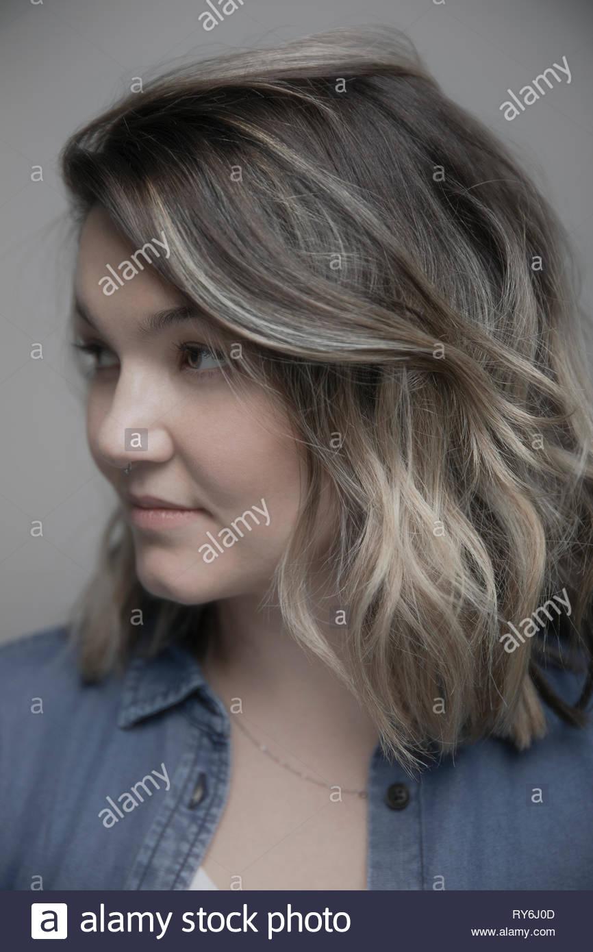 Bello retrato, pensativo mujer mirando lejos Imagen De Stock