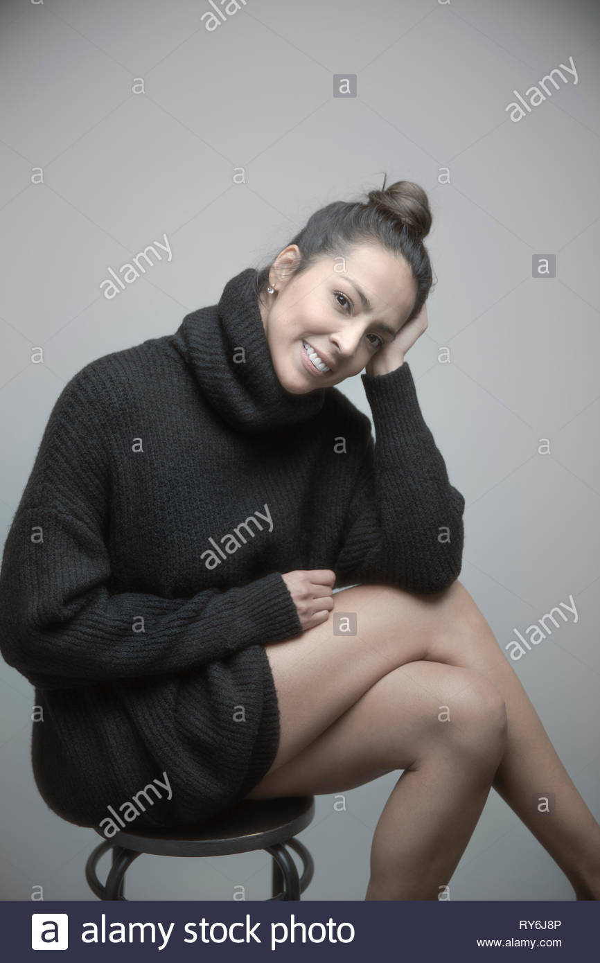 Retrato seguros hermosa mujer latina luciendo vestidos suéter Imagen De Stock