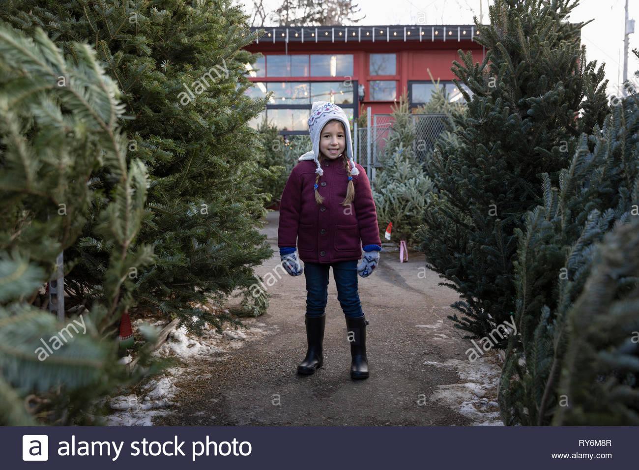 Retrato seguros chica para compras de árbol de Navidad en el mercadillo de navidad Imagen De Stock