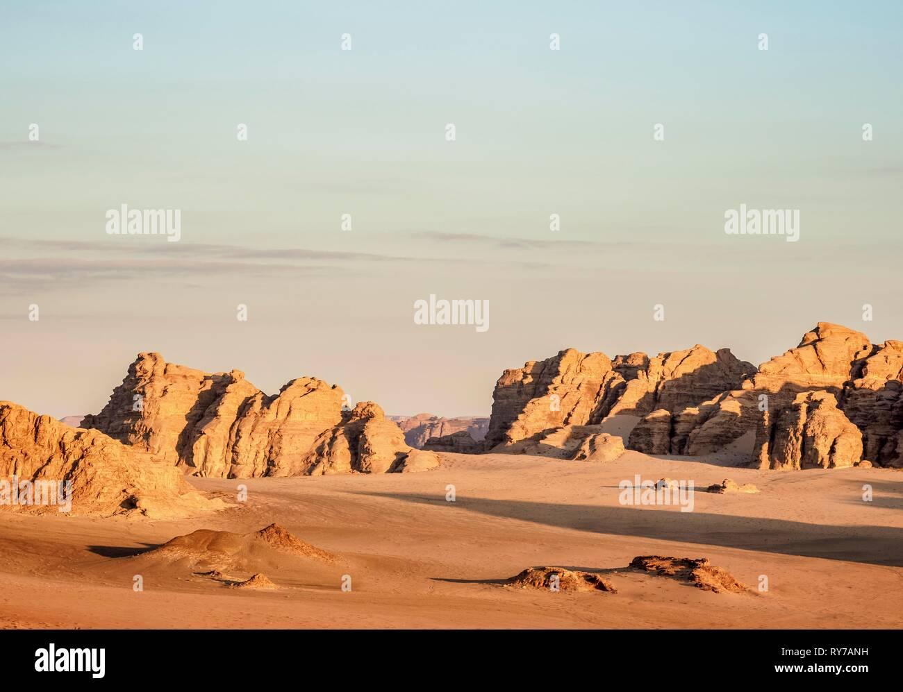 Paisaje desértico con rocas a la luz de la mañana, Wadi Rum, vista aérea desde un globo, Gobernación de Aqaba, Jordania Foto de stock