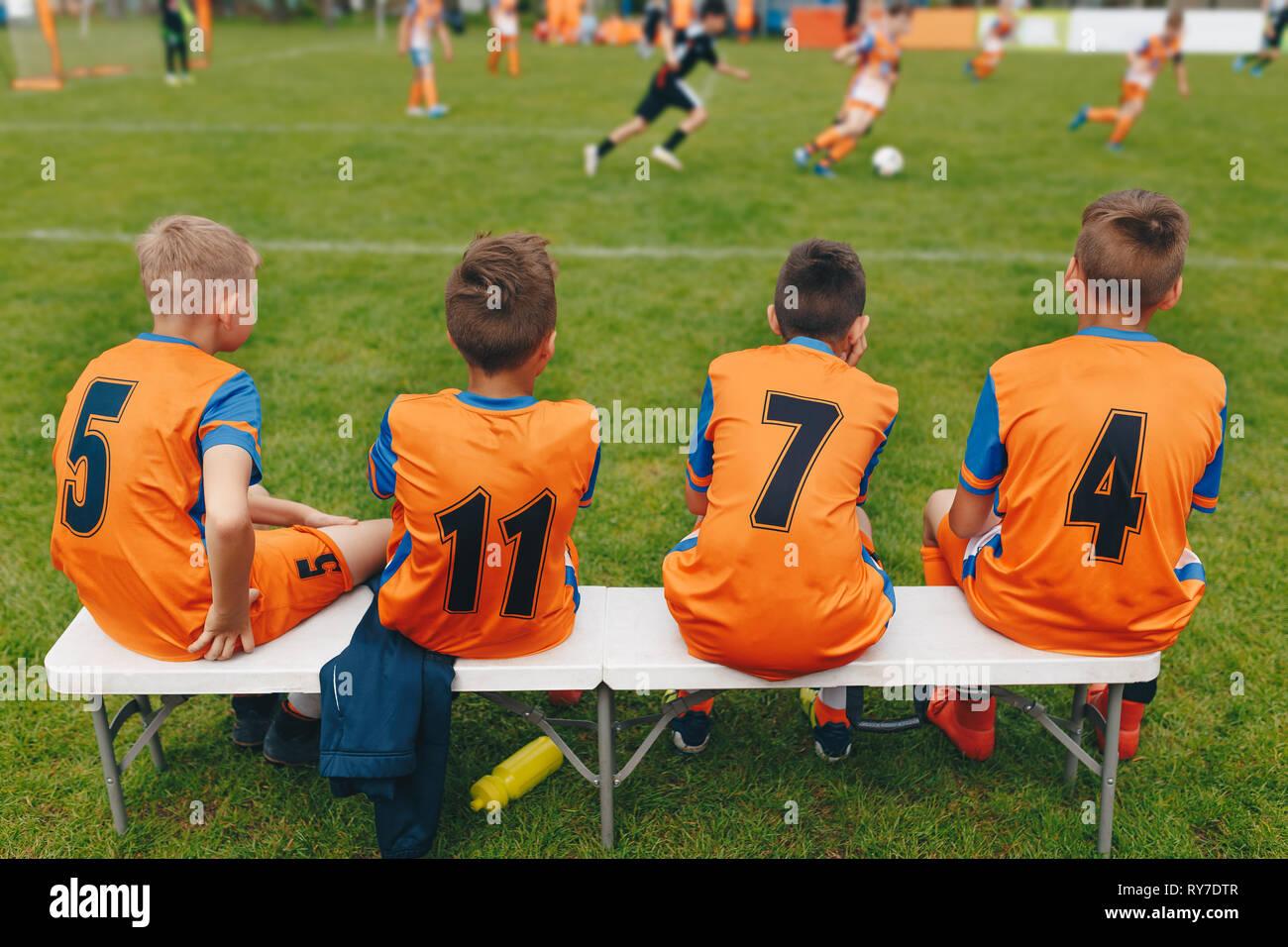 d82bc07b3399c Los chicos del equipo de fútbol sentado en un banco. Los jugadores del  equipo de