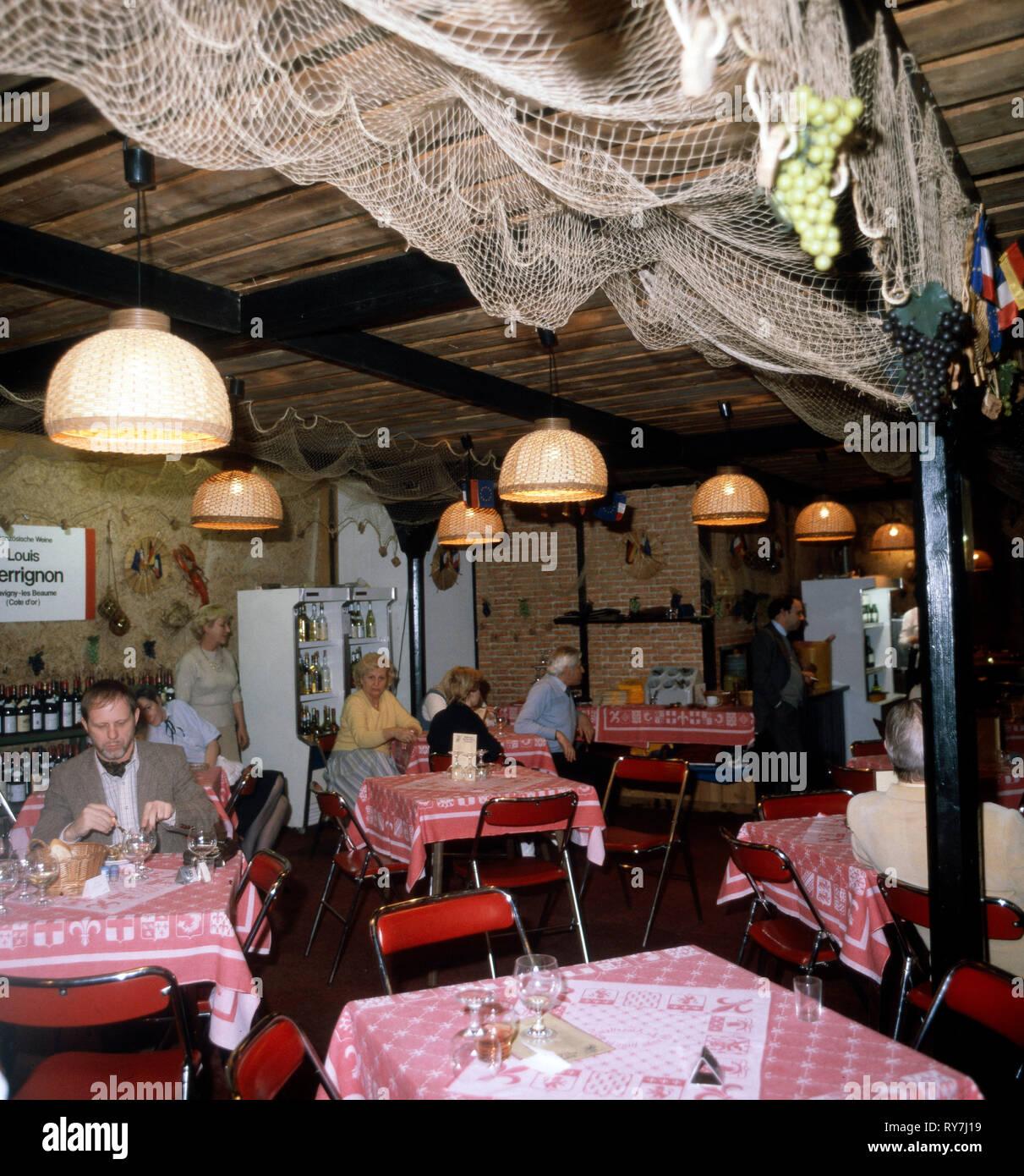 Ein französich angelehntes Restaurante, 1970er. Un restaurante de estilo francés, 1970 Foto de stock