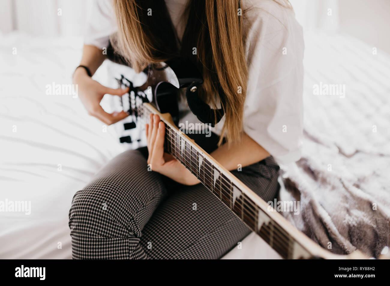 Mujer joven morenita tocando la guitarra Foto de stock